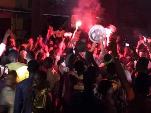 Election présidentielle: des citoyens sortis fêter dispersés par la police à Cosa…