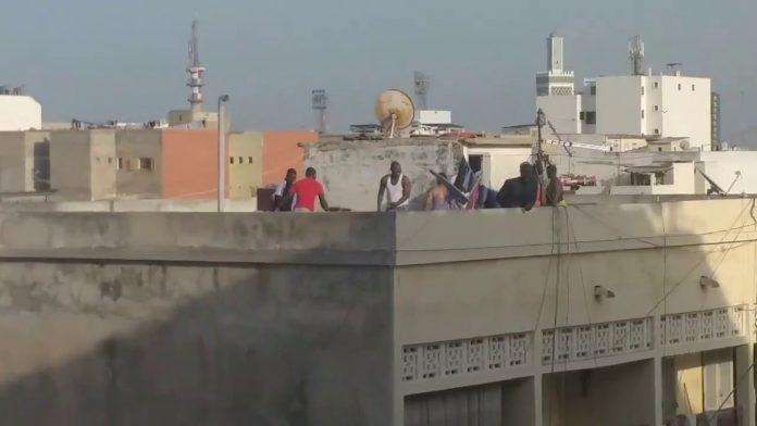 (Vidéo) Un voleur grièvement amoché par plusieurs individus sur une terrasse