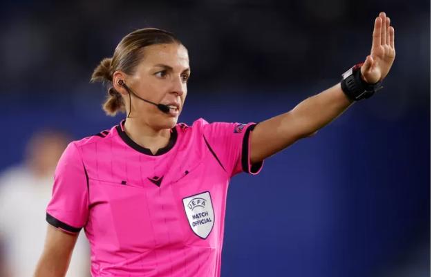 Découvrez la première femme désignée arbitre centrale en Ligue des champions