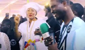 Ndiassane : Astou Traoré distribue des billets à cheikh Bou Diop…(video)