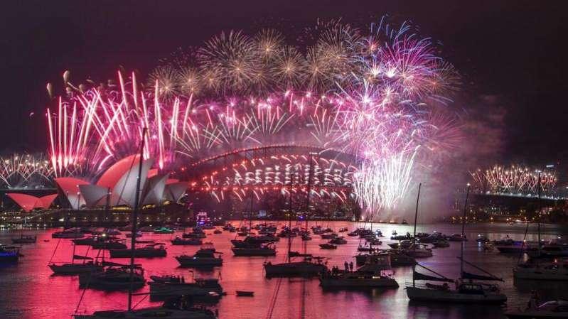 Les feux d'artifices sont bien au rendez-vous pour le passage à 2021. Mais mise à part la Nouvelle-Zélande, la plupart des pays invite les habitants à rester chez eux.