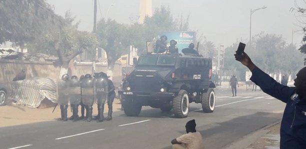Arrêt sur images: Les étudiants détruisent l'ambulance du Coud (photos)