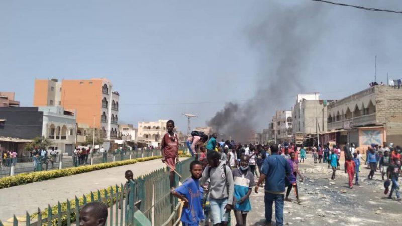 Les manifs se poursuivent, le tribunal de Pikine-Guédiawaye et des bus saccagés
