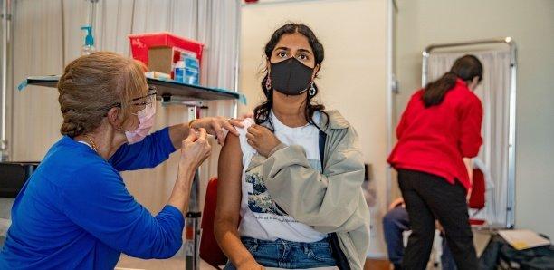 Coronavirus: pourquoi des pays très vaccinés voient-ils le nombre de malades augmenter