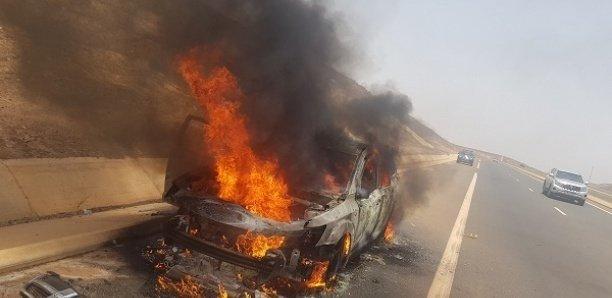 Une voiture prend feu sur l'Autoroute à péage