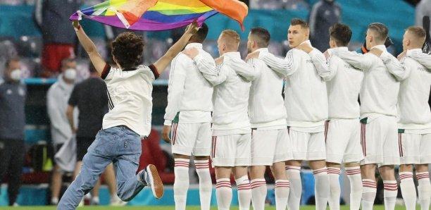 Euro-2021 : un activiste brandit le drapeau arc-en-ciel pendant l'hymne hongrois