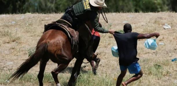 Migrants chassés par des policiers à cheval : les images qui choquent aux États-Unis